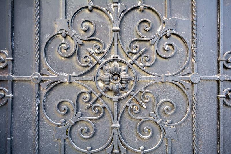 Element des Architekturdekorgitters, Äußeres Metallschmiedeeisentor lizenzfreies stockfoto