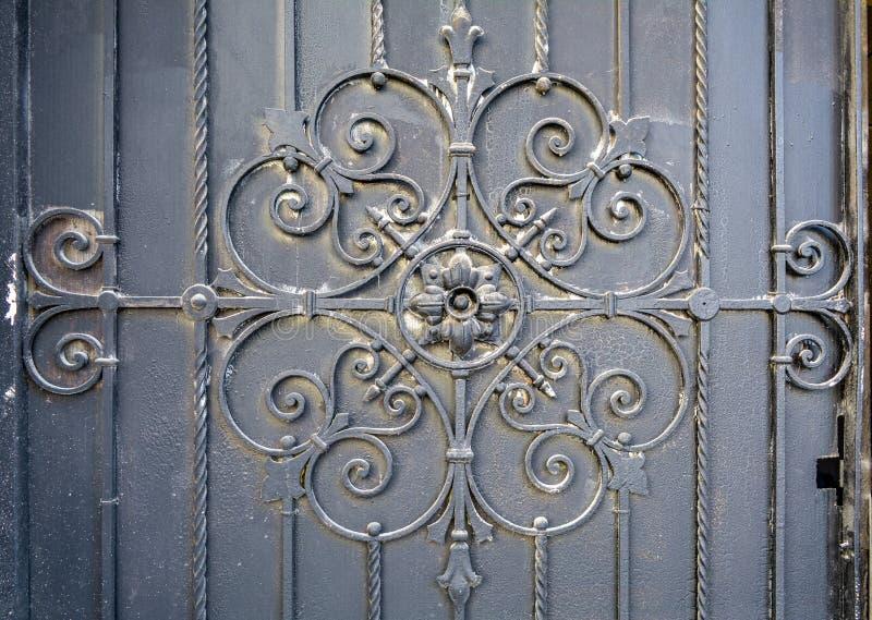 Element des Architekturdekorgitters, Äußeres Metallschmiedeeisentor stockfoto