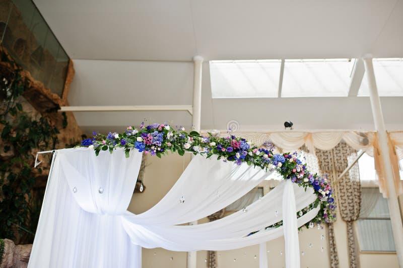 Element van boog van het decor de grote huwelijk met lijst voor huwelijk coupl stock fotografie