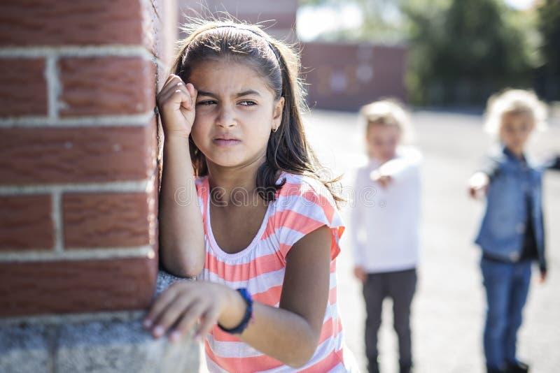 Elementaire Leeftijd Intimidatie in Schoolplein stock foto's