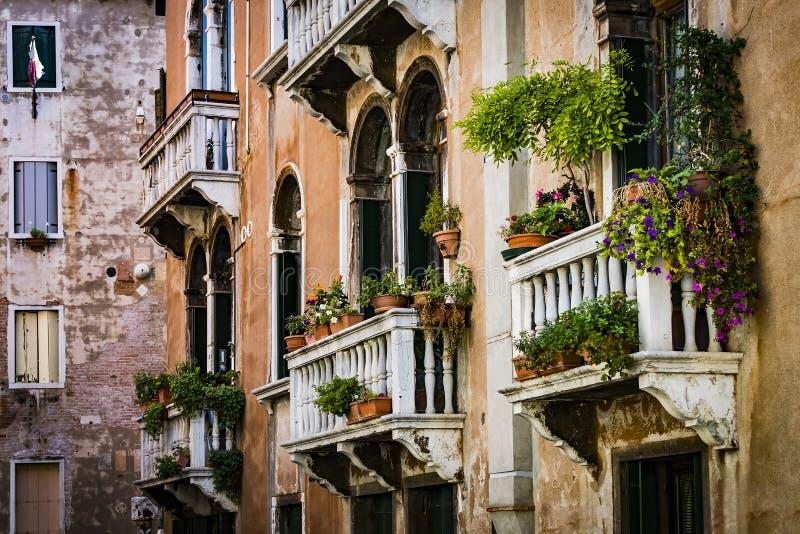 Elemente der Architektur der H?user auf den Stra?en der Kan?le der Stadt von Venedig stockfoto