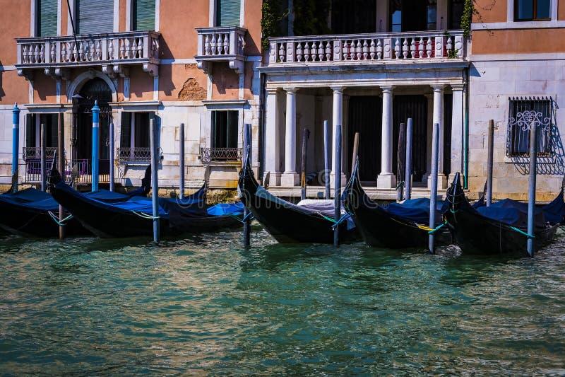 Elemente der Architektur der H?user auf den Stra?en der Kan?le der Stadt von Venedig lizenzfreie stockfotos