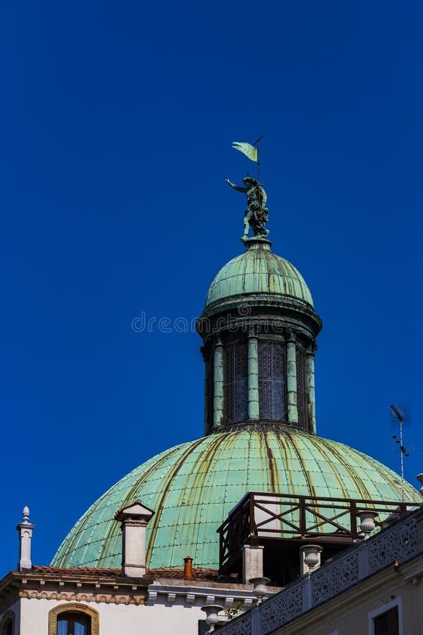 Elemente der Architektur der H?user auf den Stra?en der Kan?le der Stadt von Venedig stockfotografie