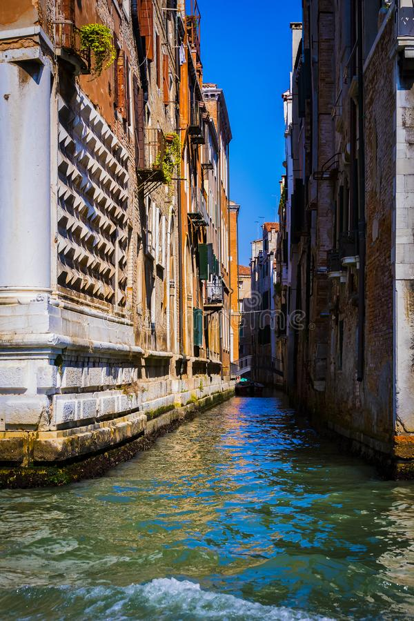 Elemente der Architektur der H?user auf den Stra?en der Kan?le der Stadt von Venedig lizenzfreies stockfoto