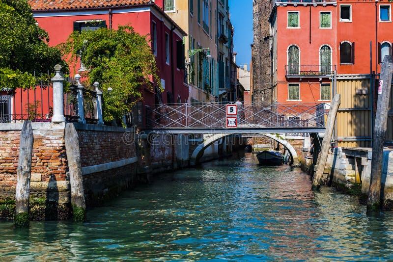 Elemente der Architektur der H?user auf den Stra?en der Kan?le der Stadt von Venedig lizenzfreie stockbilder