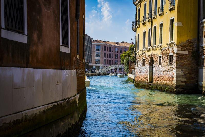 Elemente der Architektur der H?user auf den Stra?en der Kan?le der Stadt von Venedig stockfotos