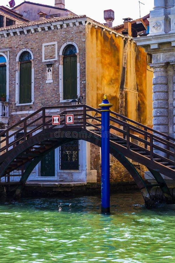 Elemente der Architektur der H?user auf den Stra?en der Kan?le der Stadt von Venedig lizenzfreies stockbild