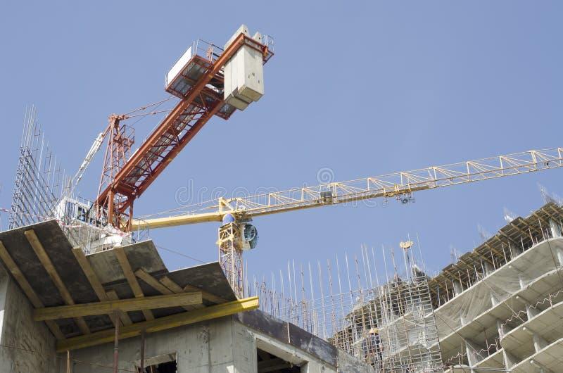 Elementen van bouwconstructie op de achtergrond van high-rise kranen en hemel royalty-vrije stock fotografie
