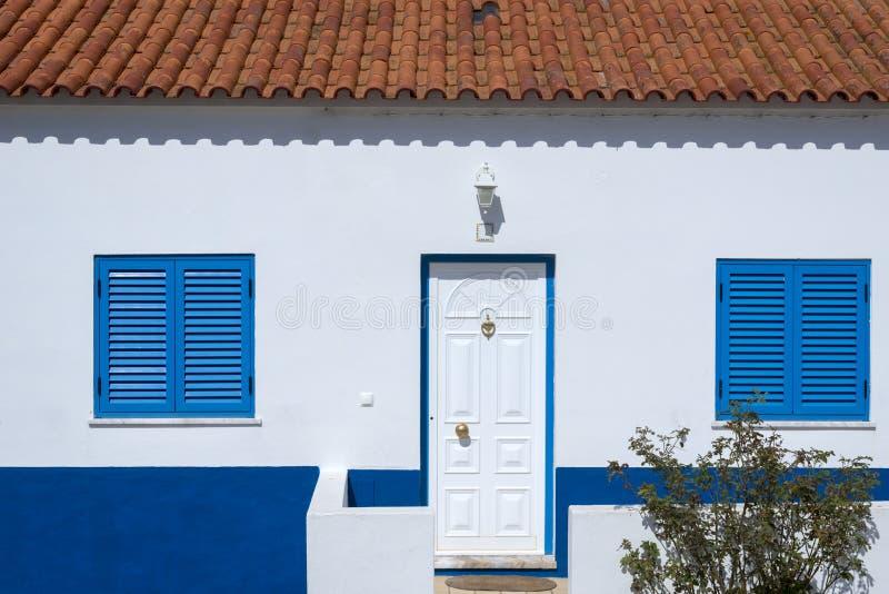 Elementen van het oude huis in kleine stad stock foto