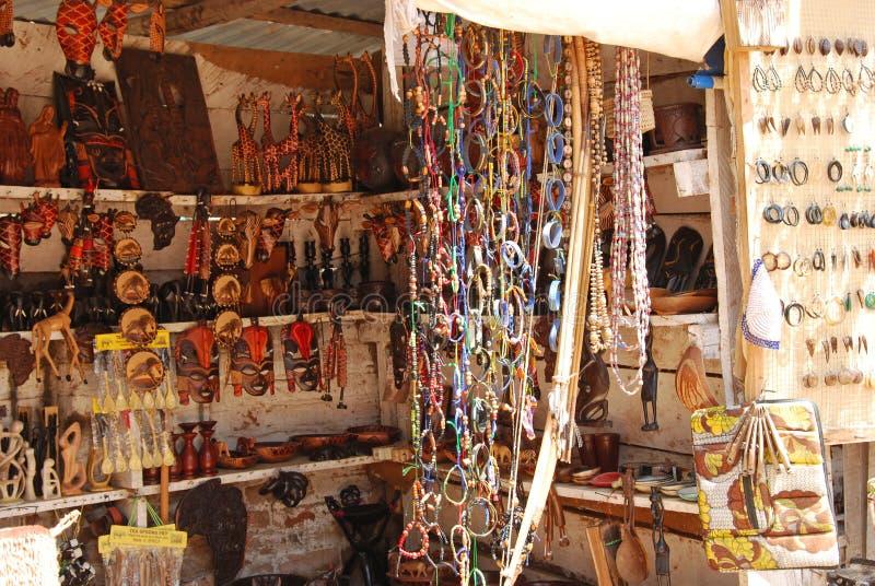 Elementi africani del mestiere da vendere al mercato in Iringa in Tanzania immagini stock