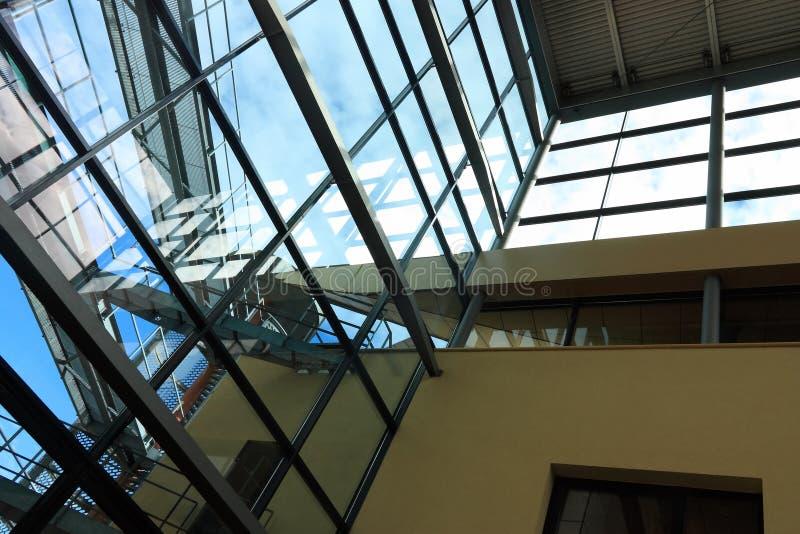 Elementi architettonici moderni con le riflessioni immagine stock libera da diritti
