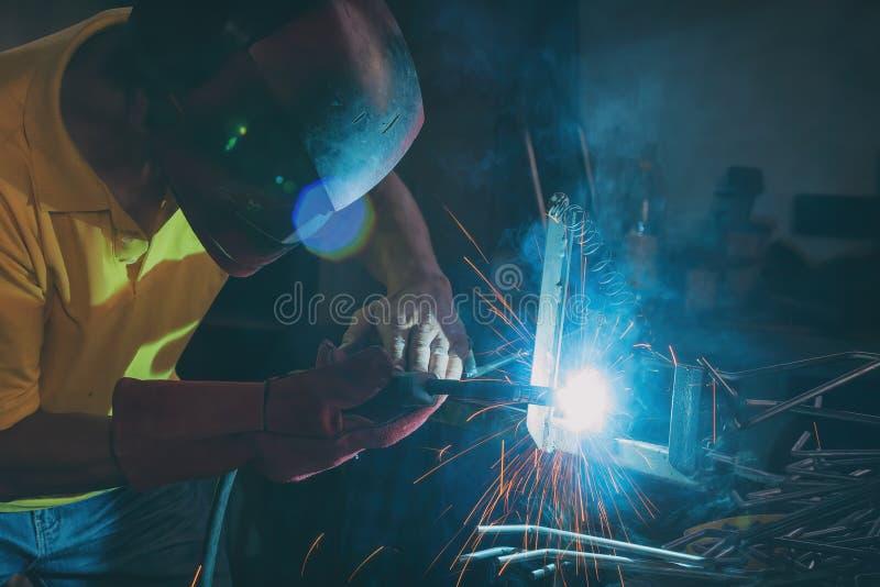 Elementi d'acciaio di saldatura alla fabbrica o all'officina fotografie stock libere da diritti