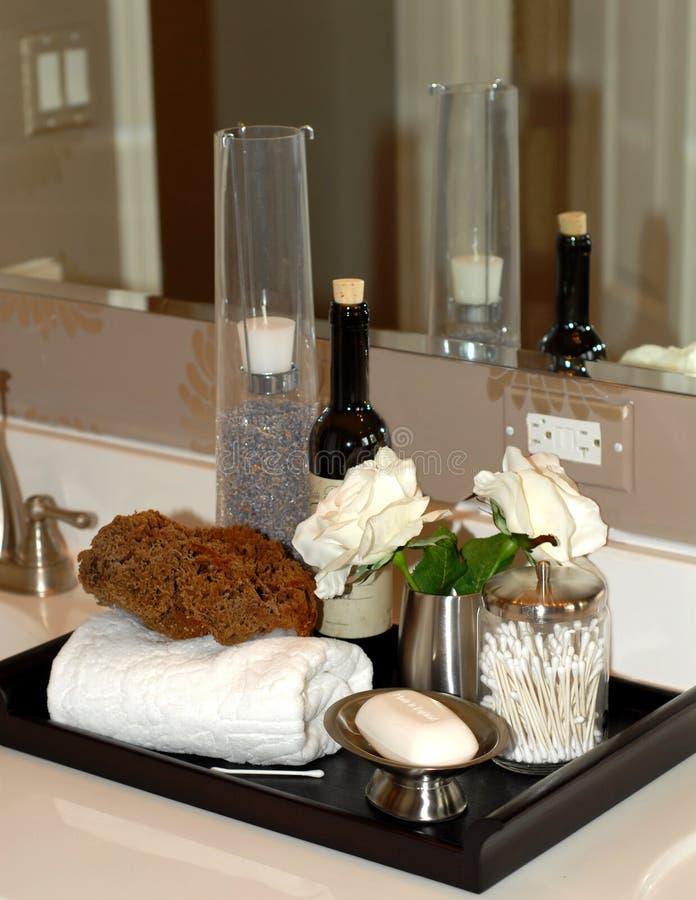Elementi del bagno su vanità della stanza da bagno fotografia stock libera da diritti