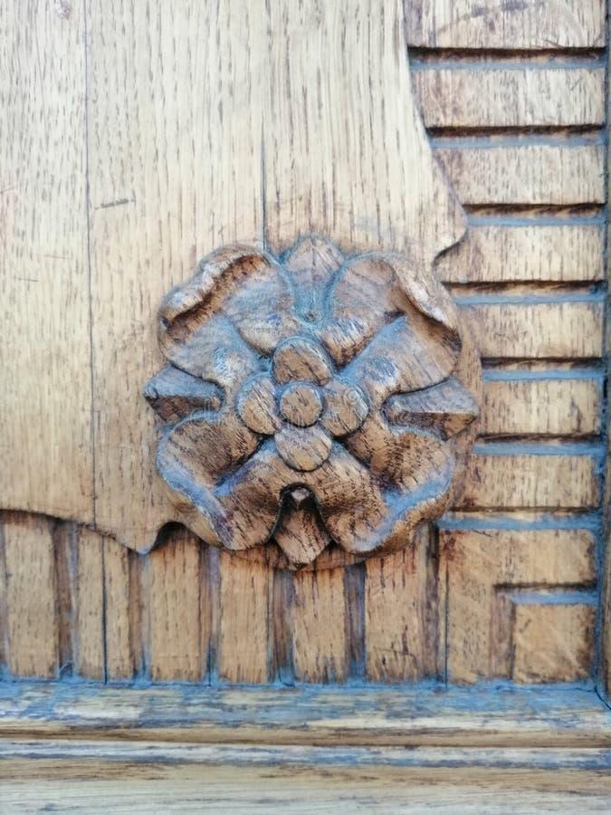 Elementi dell'ornamento se una porta di legno immagini stock