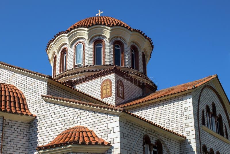Elementi della chiesa ortodossa di St George con una cupola vicino a Asprovalta, Grecia fotografia stock