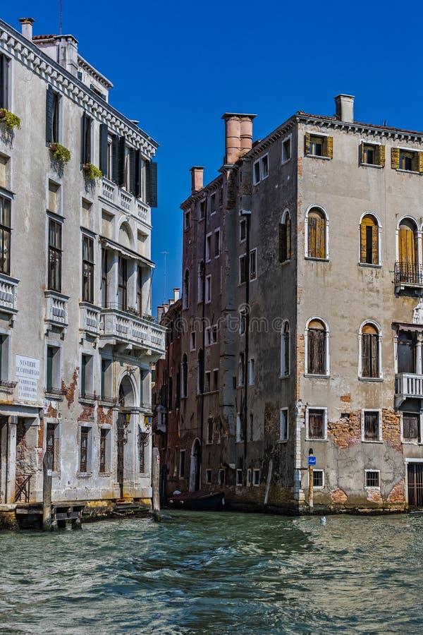 Elementi di architettura delle case sulle vie dei canali della città di Venezia fotografia stock