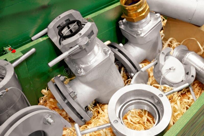 Elementi di attrezzatura per il rifornimento di carburante in una scatola di legno con i trucioli di legno Rifornimento del conce fotografie stock libere da diritti
