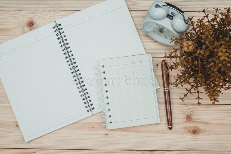 Elementi essenziali degli strumenti del lavoro d'ufficio o degli articoli per ufficio sulla d di legno fotografia stock libera da diritti