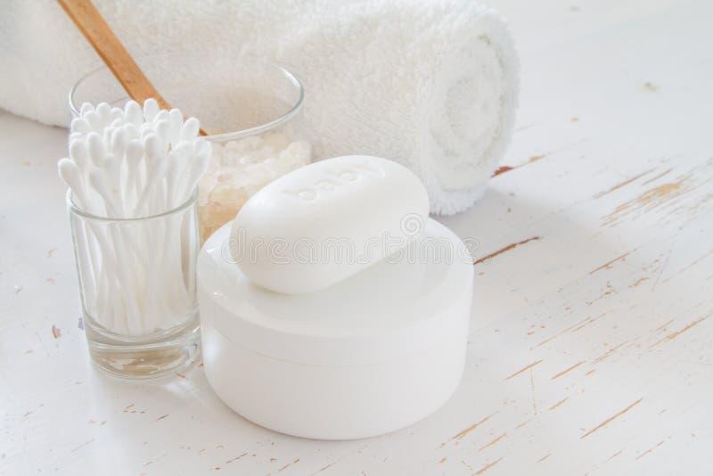 Elementi essenziali di igiene su fondo bianco fotografia stock