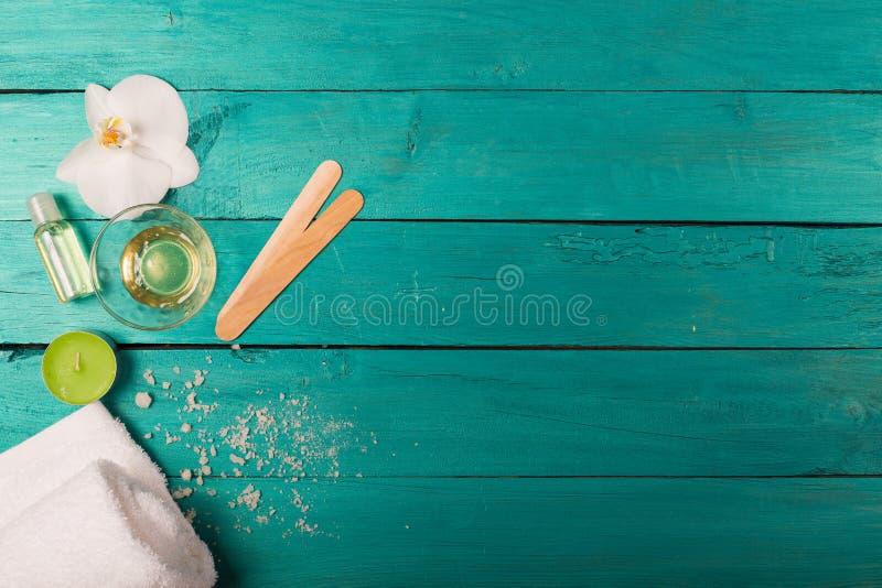Elementi essenziali di Skincare su un fondo di legno fotografie stock
