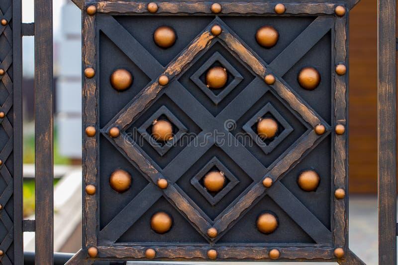Elementi in ferro battuto decorati della decorazione del portone del metallo fotografia stock libera da diritti