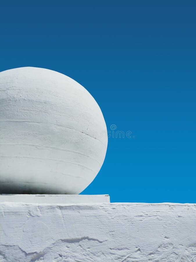 Elemento architettonico di colore bianco contro il cielo fotografia stock libera da diritti