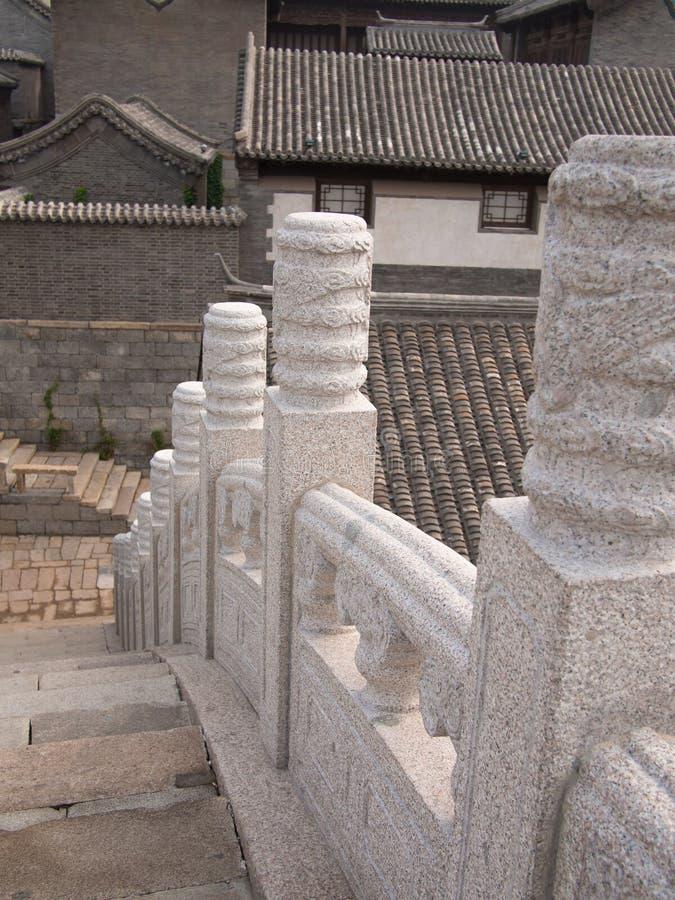 Elemento chinês da ponte com um teste padrão em um fundo das torres foto de stock royalty free