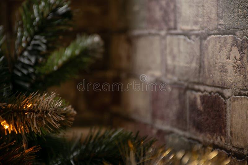 Elemento da decoração interior da casa Cadeiras da árvore de Natal perto da parede de tijolo do corredor fotos de stock royalty free