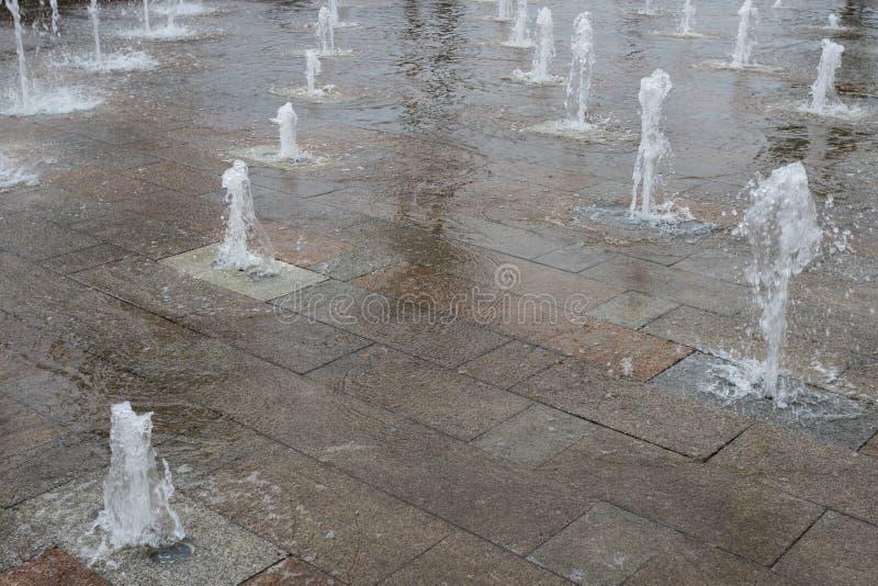 Elemento da paisagem urbana Fonte cl?ssica na frente de uma constru??o moderna no close-up do quadrado de cidade moscow foto de stock