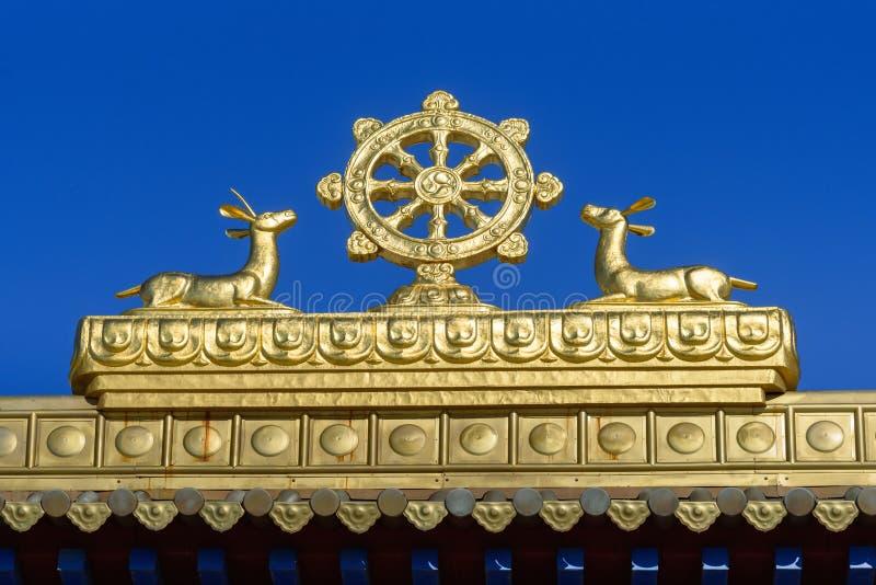 Elemento da porta ao domicílio dourado complexo budista da Buda Shakyamuni na mola Elista Rússia imagens de stock