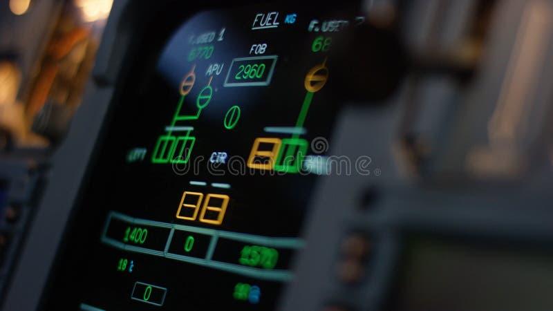 Elemento de control de piloto automático de un avión de pasajeros El panel de interruptores en una cubierta de vuelo de los avion imágenes de archivo libres de regalías