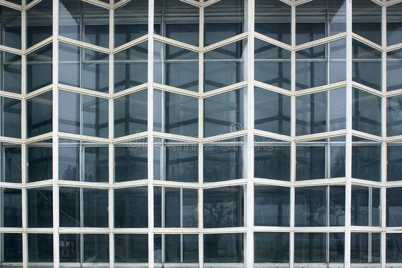 Elemento de la fachada de cristal resistida vieja, pared de cristal de la fachada de la cortina Detalle de la fachada foto de archivo
