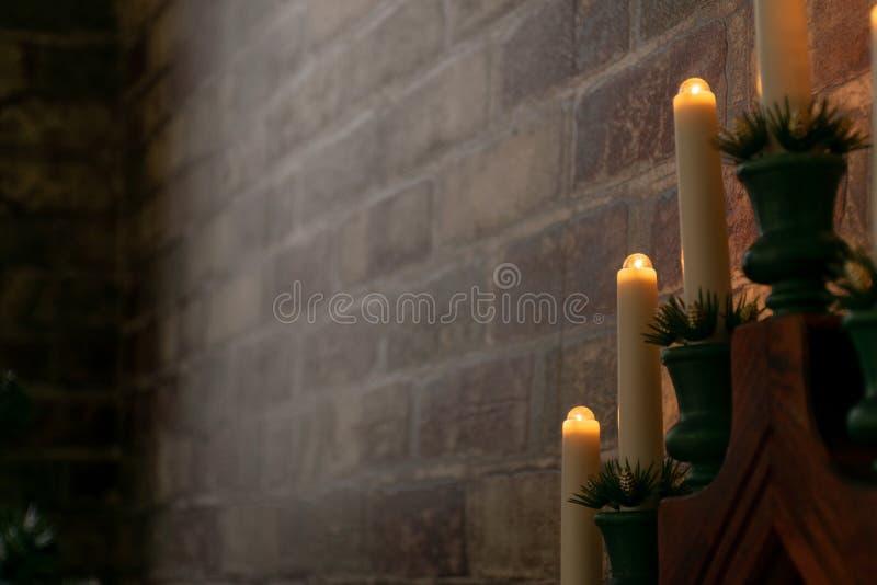 Elemento della decorazione interna della casa Decorazione di Natale - candele elettriche vicino al muro di mattoni fotografie stock libere da diritti