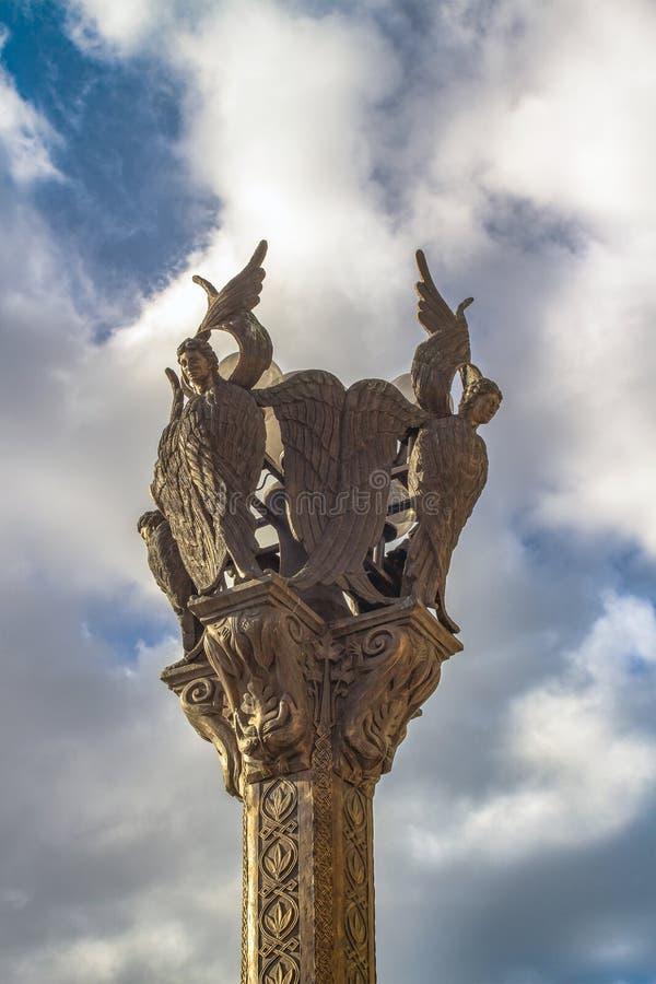 Elemento della lampada di via contro lo sfondo di un cielo pittoresco Nel centro di Skopje, la capitale della Macedonia fotografia stock