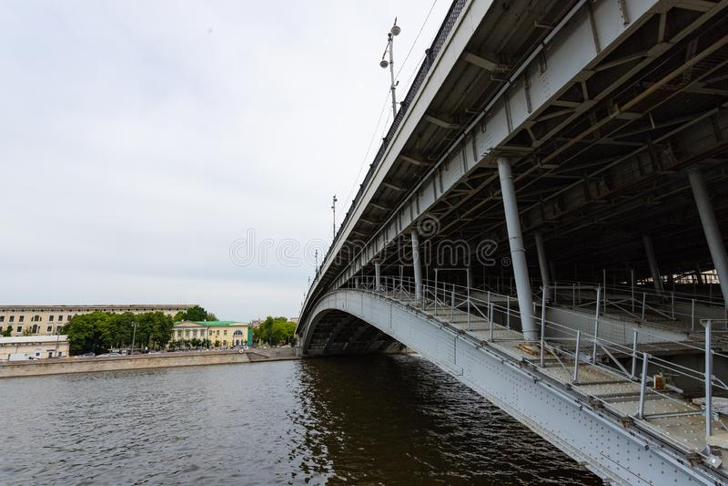Elemento di architettura urbana Dettagli del ponte moderno sopra il fiume mosca fotografia stock libera da diritti