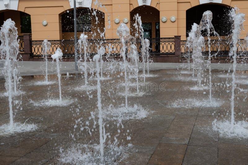 Elemento di paesaggio urbano Fontana classica davanti ad una costruzione moderna nel primo piano del quadrato di citt? mosca immagini stock