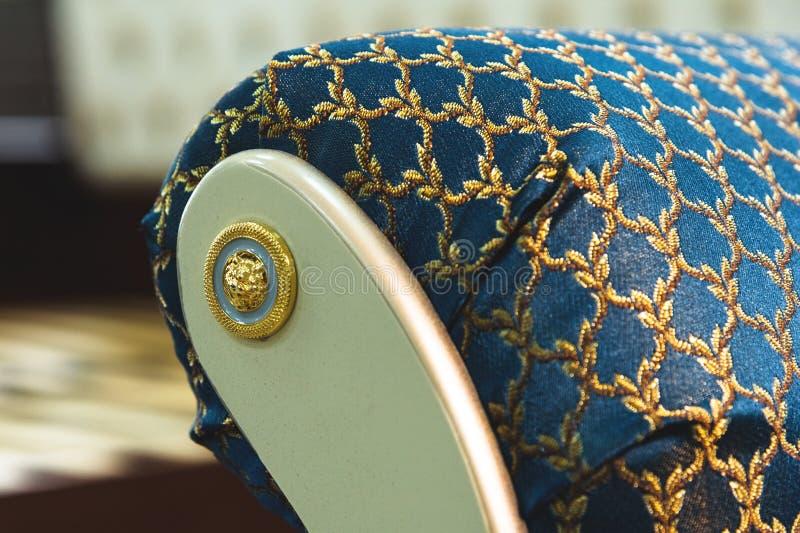 Elemento do close-up da decoração de matéria têxtil de uma cadeira macia da cabeceira no quarto Mobília luxuosa no estilo do vint fotos de stock