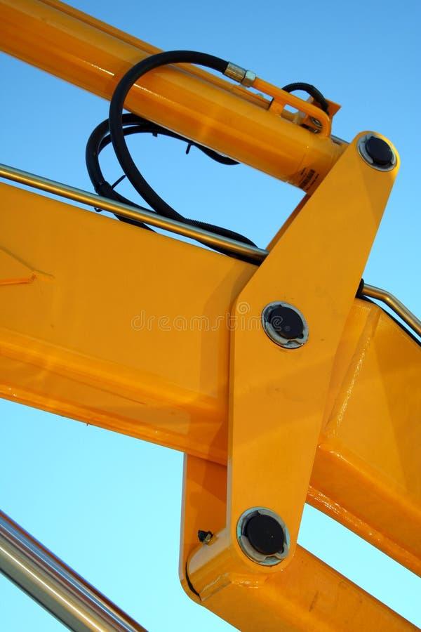 Elemento hidráulico de um crescimento amarelo de um trator fotos de stock