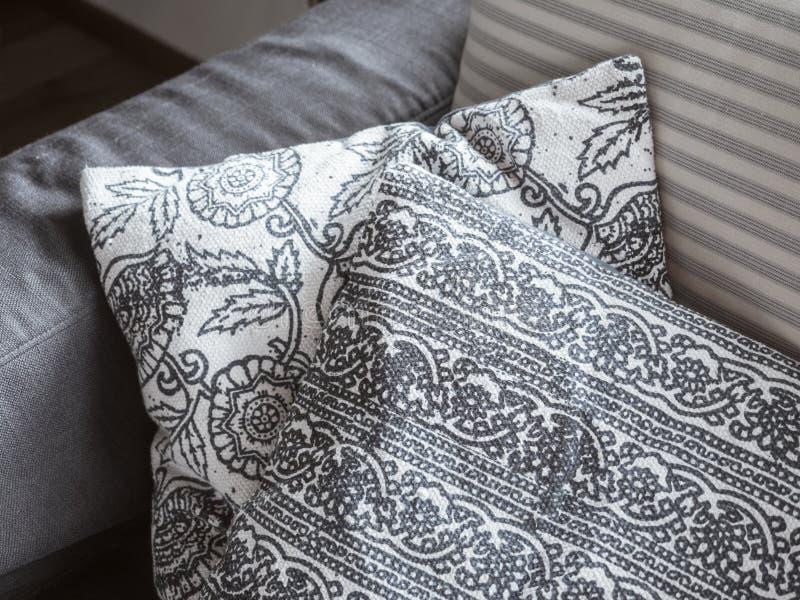 Elemento interno Cuscini decorativi con la bugia floreale del modello su un sofà molle closeup fotografia stock