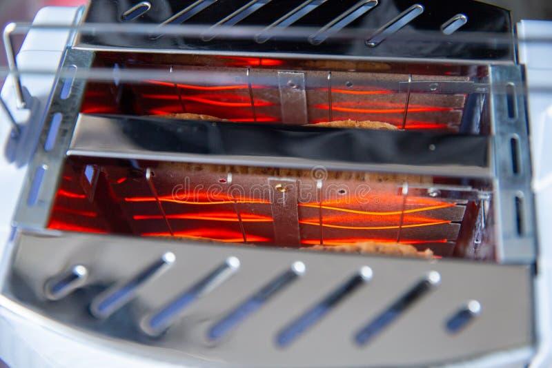 Elemento riscaldante del tostapane del pane dell'interno del primo piano fotografia stock libera da diritti