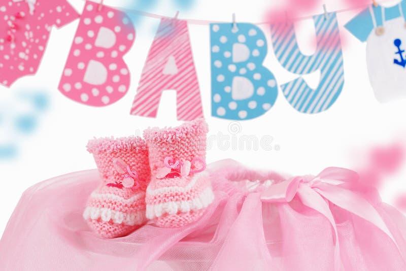 Elemento sveglio del bambino con il bambino di parola e le babbucce rosa fotografia stock libera da diritti