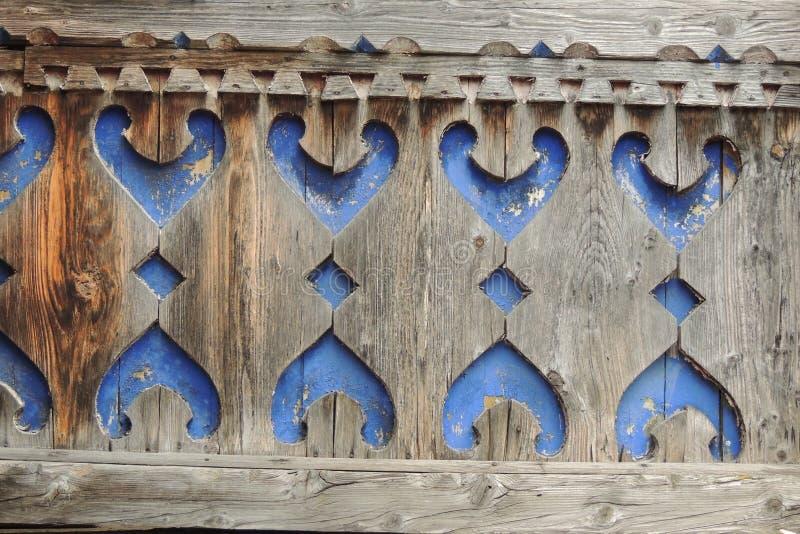 Elementos cinzelados de madeira da fachada de uma construção histórica foto de stock