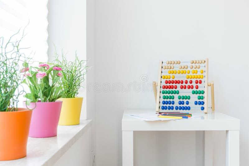 Elementos coloridos en habitación del niño imagen de archivo