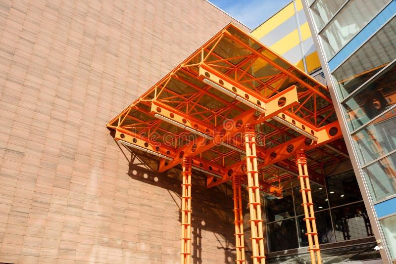 Elementos da asseguração de um dossel de vidro em uma construção moderna foto de stock royalty free