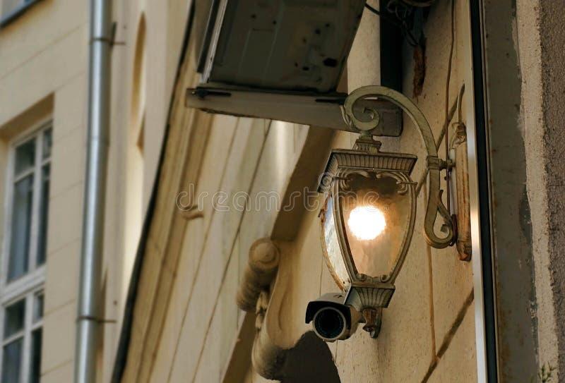 Elementos da fachada da construção e luz velhos da parte externa fotos de stock