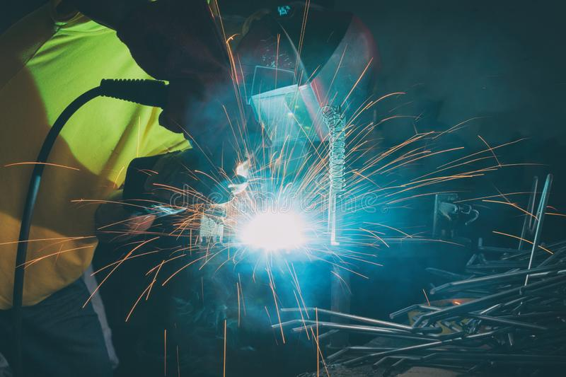 Elementos de acero de soldadura en la f?brica o el taller foto de archivo libre de regalías
