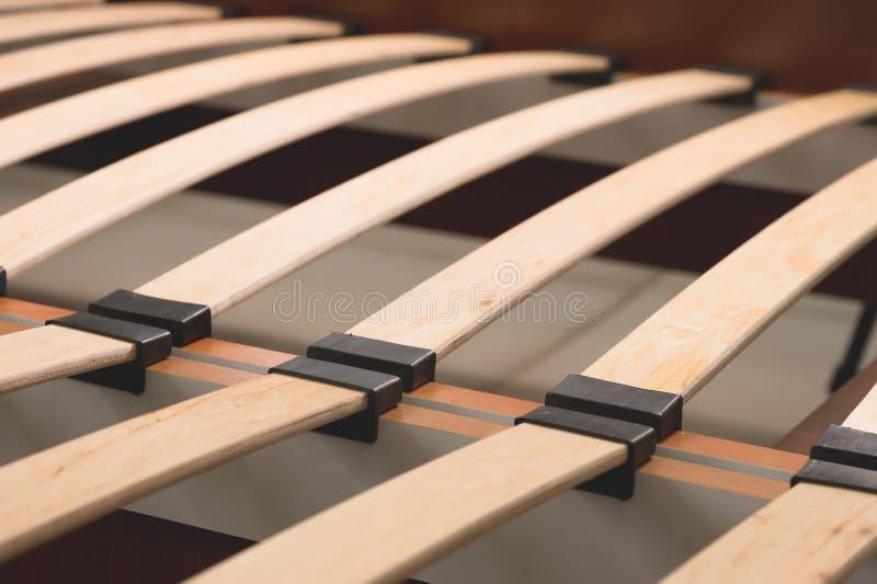 Elementos de madeira do close-up de uma base arthopedic de uma cama de casal Estrutura interior da mobília imagem de stock