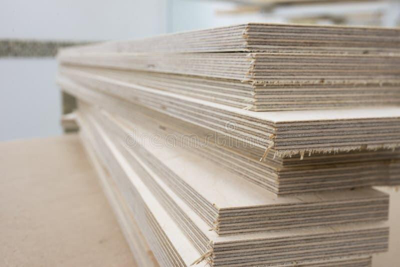 Elementos de madeira para o conjunto em uma oficina da mobília fotos de stock royalty free