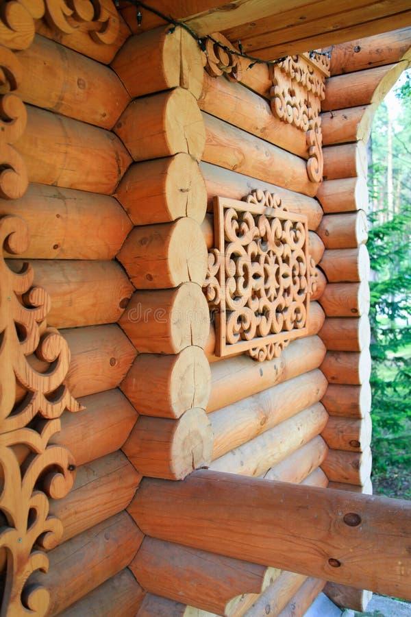 Elementos de madera tallados que adornan una casa rural Artes hechos a mano fotos de archivo libres de regalías