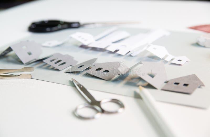 Elementos de projeto cortados em papel com ferramentas: tesoura, faca, pare, cola, etc Criação de uma vista de cidade em curso Cr foto de stock royalty free